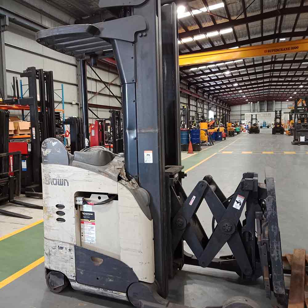 Crown 1340kg Used Electric Reach Truck RD5725 - Side view
